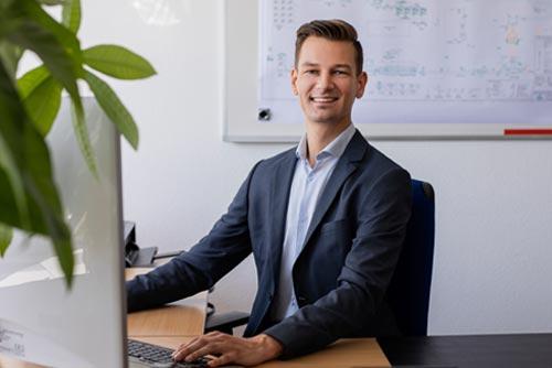 Herr Kathoewer am Schreibtisch